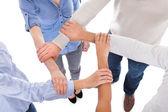 Fotografie Skupina lidí drží za ruku