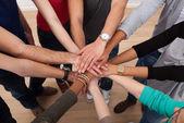studenti universitari multietnica accatastamento mani