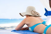 žena relaxační v altánku na pláži