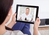 Fotografie Junge Frau mit Tablet für videochatting