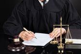 soudce psaní na papír