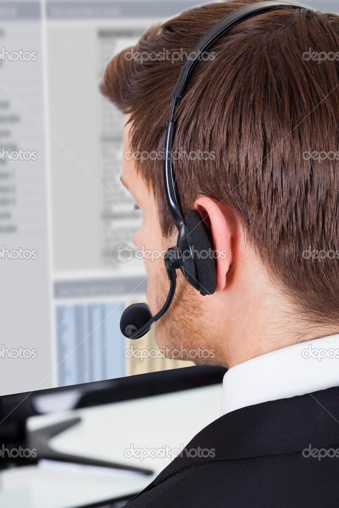 a4ebf8437d7 Ligue o auricular desgastando do centro consultor no escritório —  Fotografia de Stock