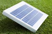 solární panel na trávě