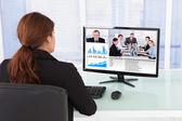 Geschäftsfrau Videokonferenzen mit Team am Computer