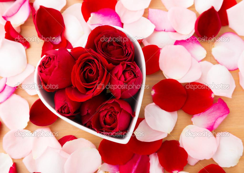 Fleur Rose A L Interieur De La Cuvette De Forme Coeur Avec Petale A