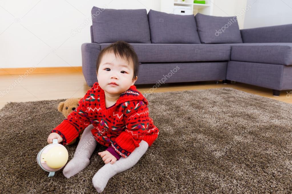 Ni a sentada en la alfombra con base de agua y de la mu eca fotos de stock leungchopan 39423849 - Alfombra nina ...