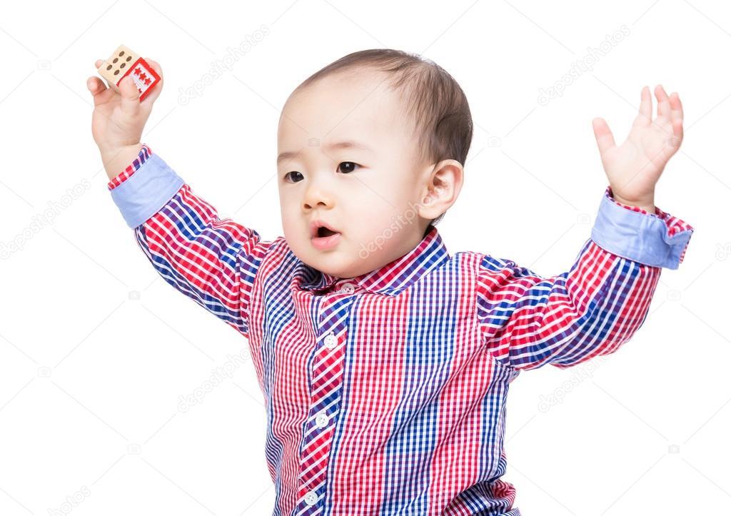 кореец вверх выебистый поднимает руки