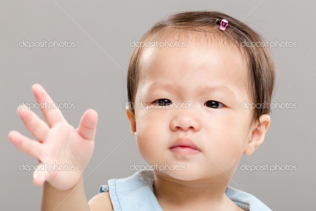 Счастливый маленькая девочка с руки вверх в летний парк — стоковое.