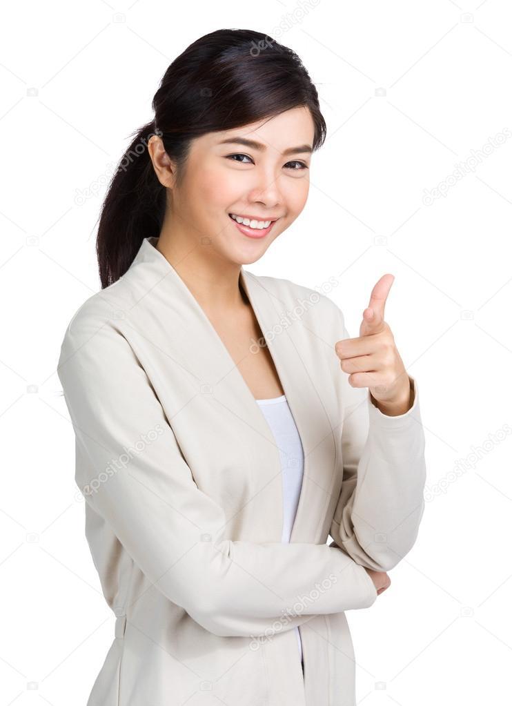 Weißes Mädchen, das nach asiatischem Kerl sucht