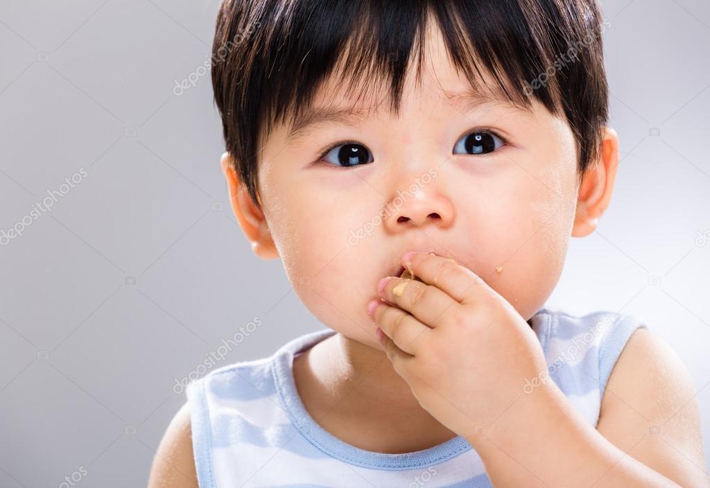 Petit garçon mange cookie u2014 stockfoto © leungchopan #47446329