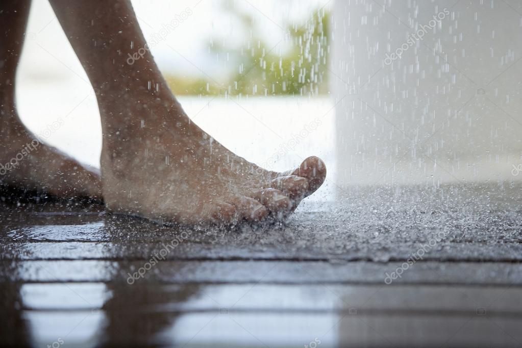 piedi della donna sotto la doccia foto stock