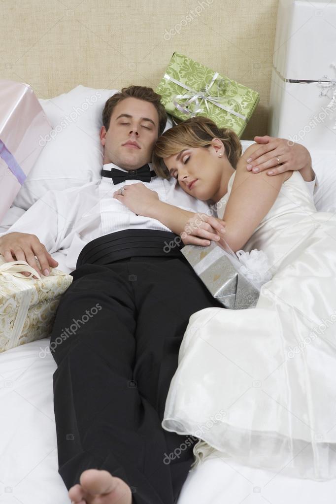 couple de jeunes mari s relaxant dans son lit photographie londondeposit 21788831. Black Bedroom Furniture Sets. Home Design Ideas