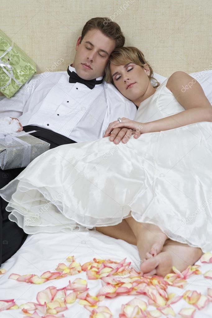 Молодые молодожены в постели копилка сношения