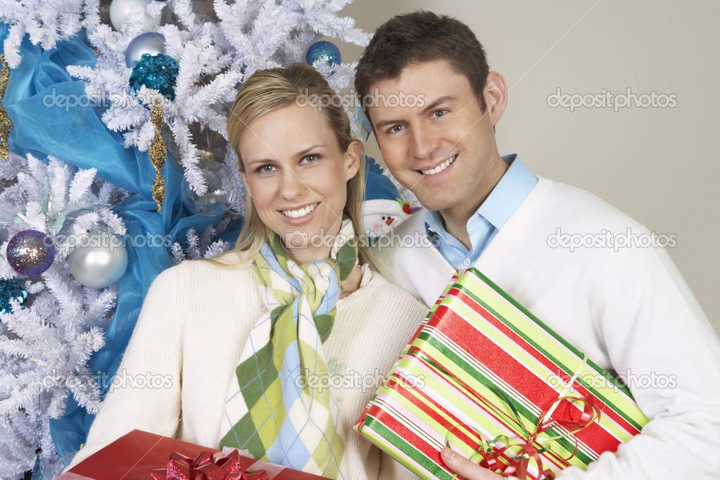 Alle Paare stehen zusammen mit Weihnachtsgeschenke — Stockfoto ...