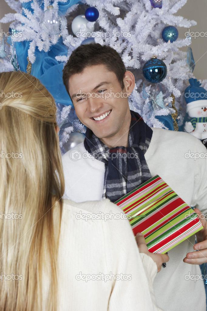 männliche empfangenden Weihnachtsgeschenk von Frau — Stockfoto ...