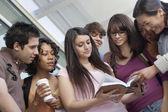 studenti čtení knihy s profesorem
