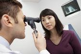 Fotografie Arzt untersuchen Patienten Auge