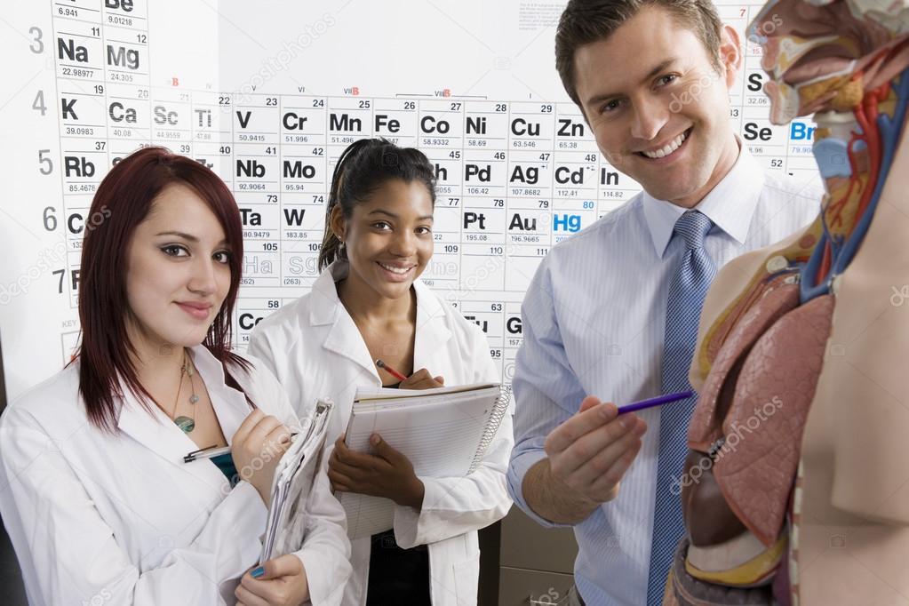 profesor dando clases de anatomía humana — Foto de stock ...