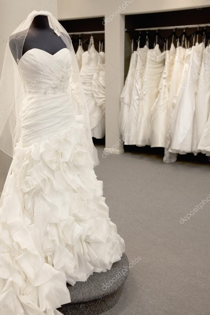 elegante vestido de novia aparece en maniquí en tienda nupcial ...