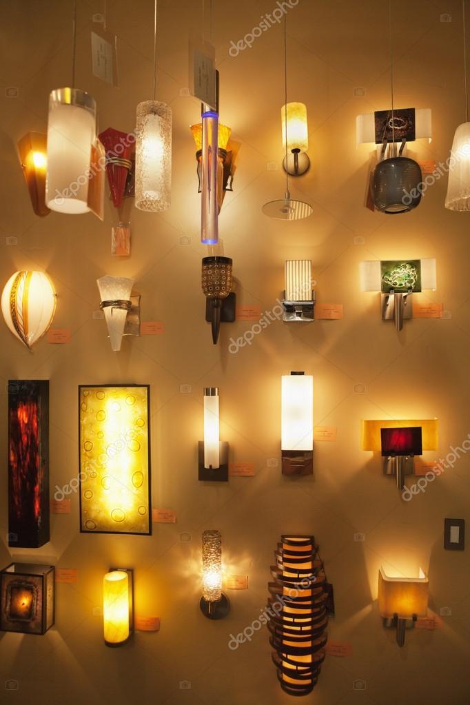 lmparas de pared en exhibicin en tienda de luces Fotos de Stock