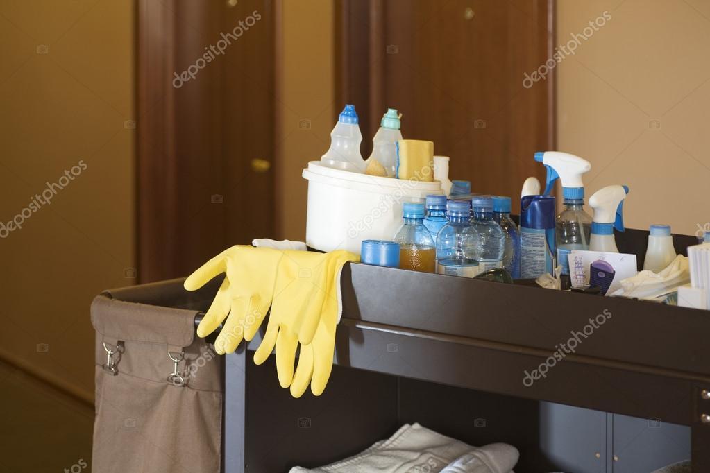 Carrinho de limpeza em um hotel fotografias de stock for Trabajo de camarera de pisos