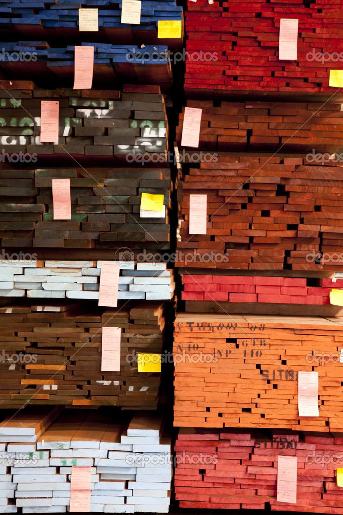 marco completo de la pila de madera contrachapada en almacén — Fotos ...