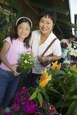 babička a vnučka v zahradnictví