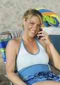 Fotografie žena pomocí mobilního telefonu na pláži
