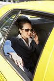 Fotografie podnikatelka, používání mobilního telefonu v taxíku