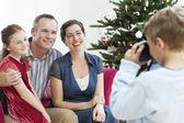 Jungen nehmen Foto Familie