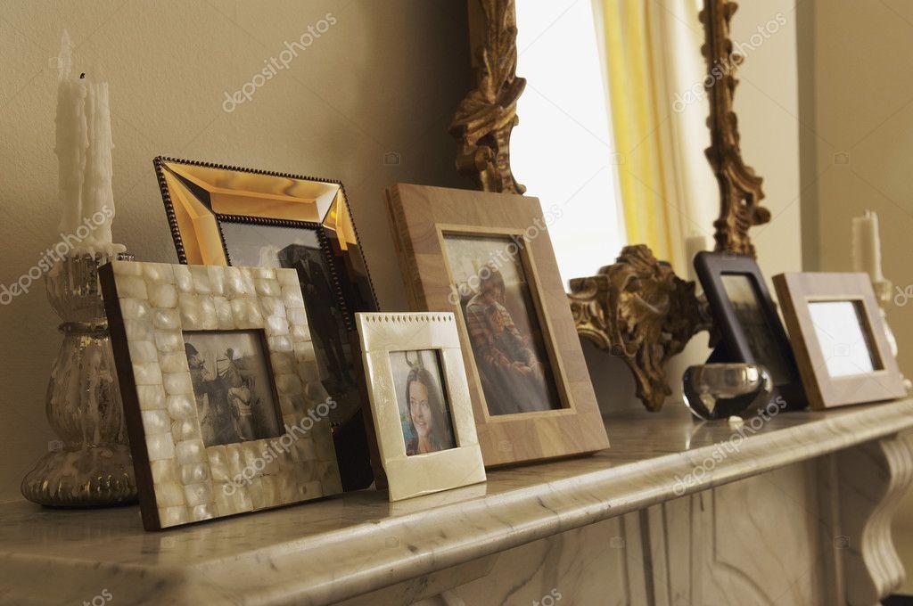 Schon Marmor Kamin Kaminsimses Mit Gerahmten Bildern Und Spiegel U2014 Foto Von  Londondeposit