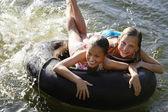 Ragazze allegre con Float Tube