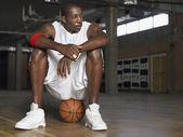 Basketbalový hráč s míčem