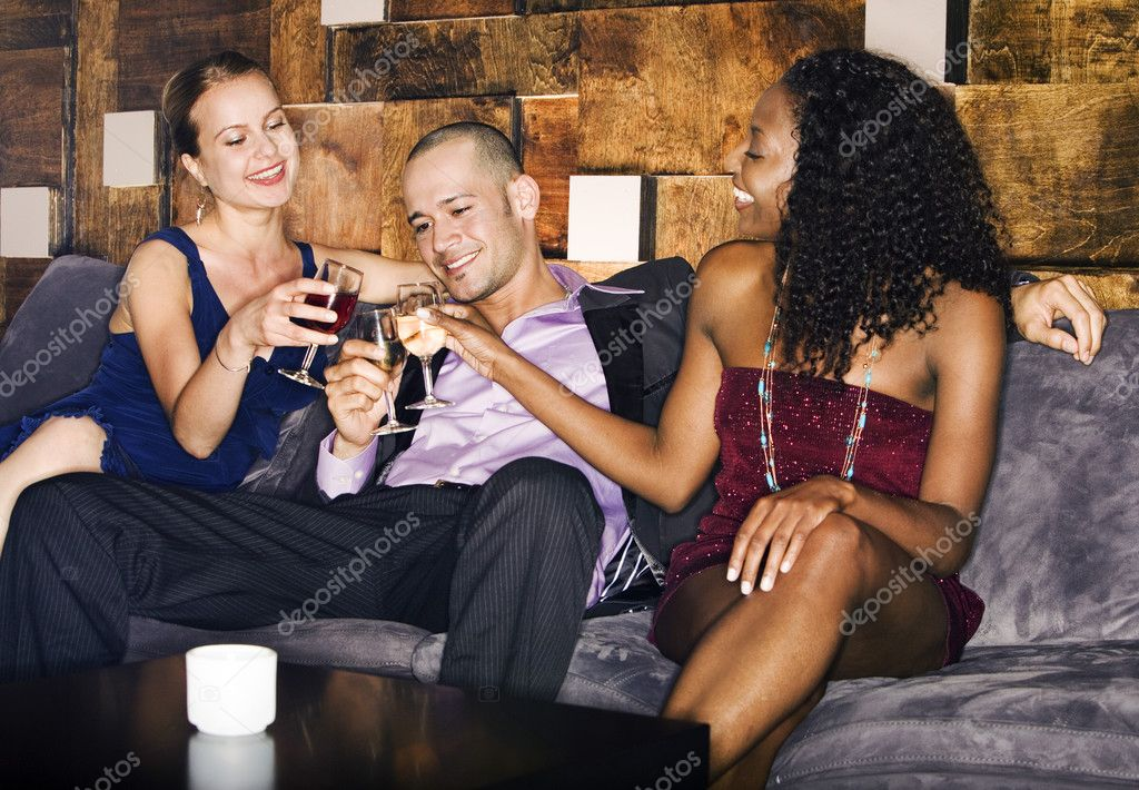 Секс мужчин женщин в баре