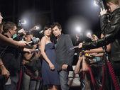 Paar wird von Paparazzi fotografiert