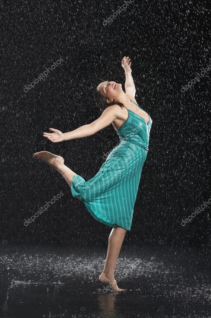 0384769851d γυναίκα χορεύει χωρίς παπούτσια στη βροχή — Φωτογραφία Αρχείου ...
