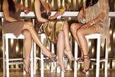 Frauen sitzen in Bar