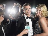Paar, fotografiert von paparazzi