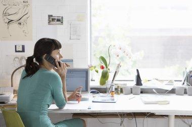 iş kadını ile cep telefonu