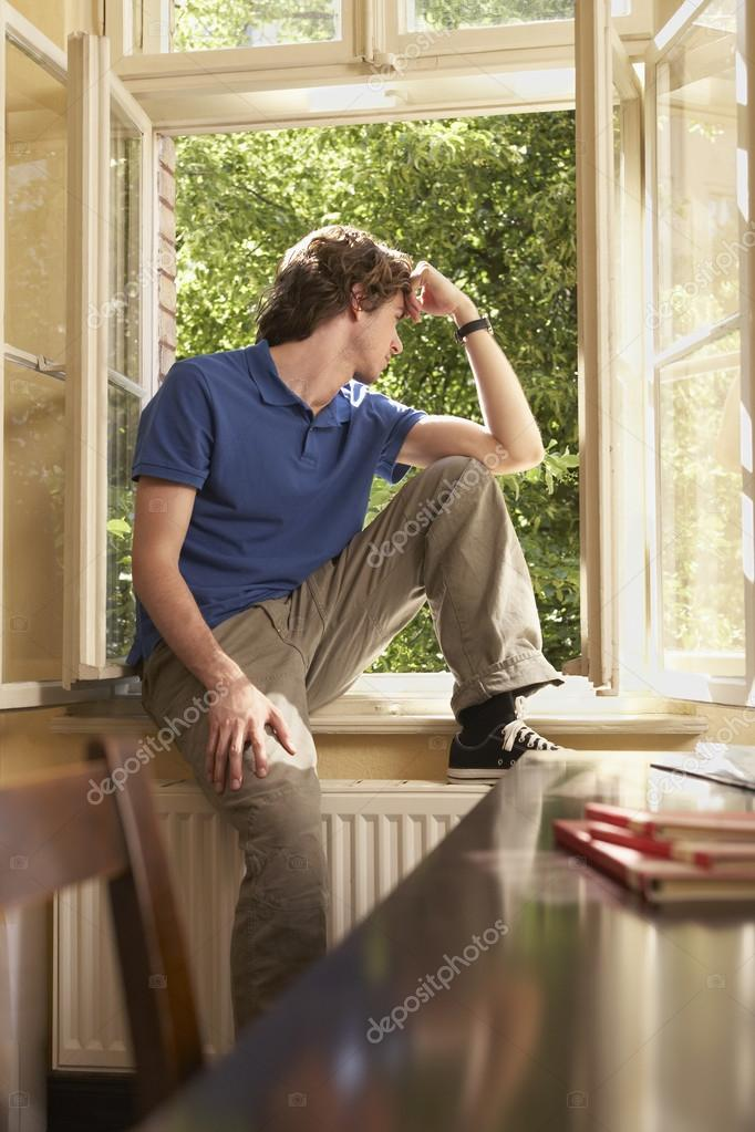 Schuler Sitzen Auf Studie Fensterbank Stockfoto C Londondeposit