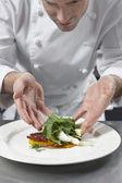 Šéfkuchař připravuje salát