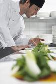 mužský šéfkuchař připravuje salát
