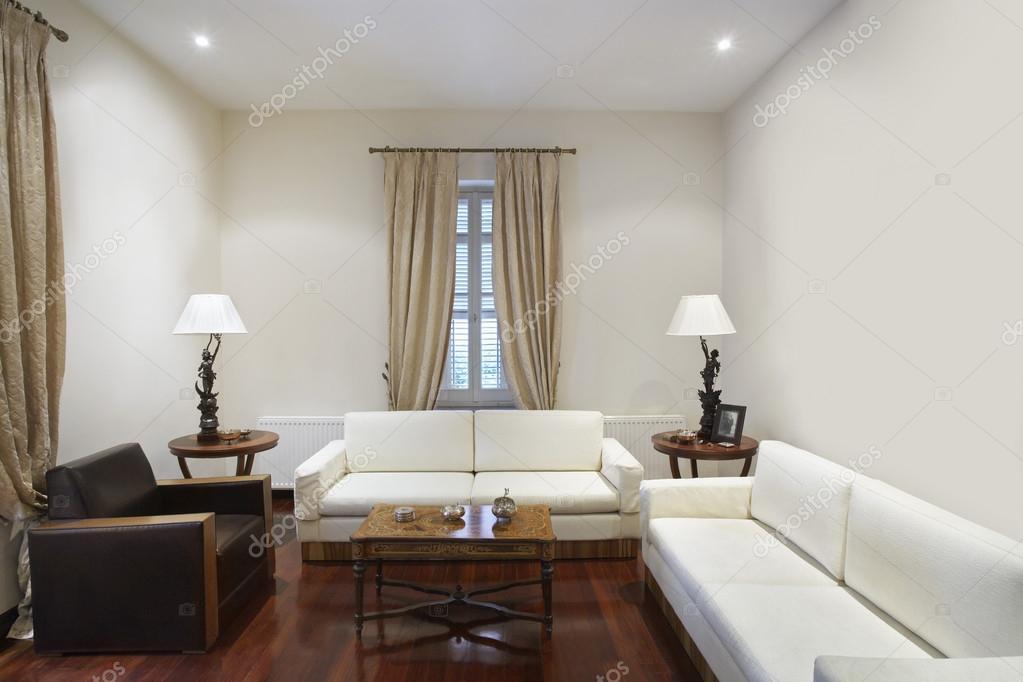 Woonkamer van koloniale stijl huis — Stockfoto © londondeposit #33883295