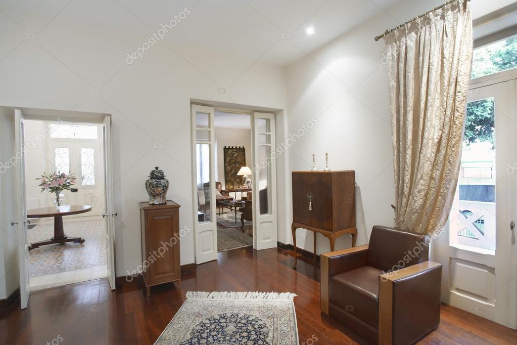 Woonkamer van koloniale stijl huis — Stockfoto © londondeposit #33884151
