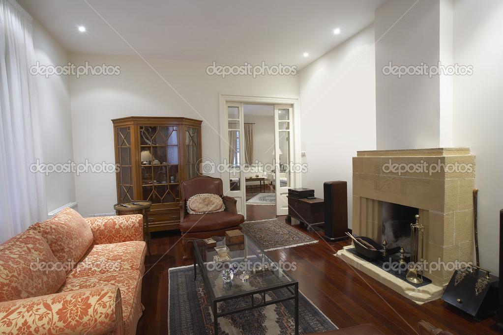 Woonkamer van koloniale stijl huis — Stockfoto © londondeposit #33892749