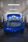 modré malované auto v garáži