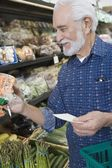 Fotografie Mann für Gemüse einkaufen