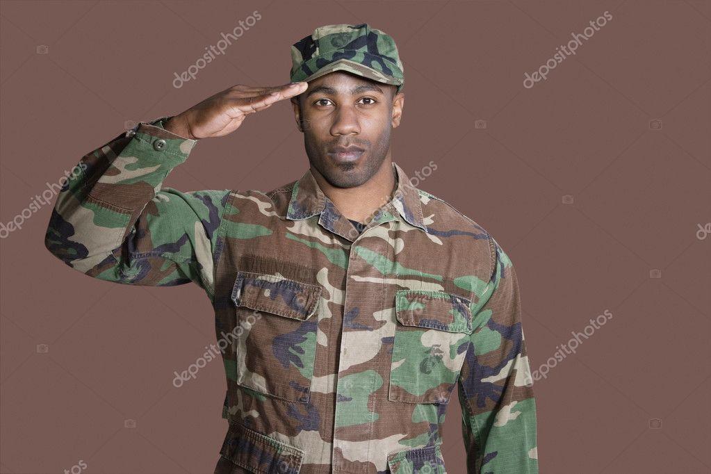 アフリカ系アメリカ人私達の海兵隊兵士敬礼 — ストック写真