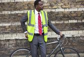 Afrikanisch-amerikanischer Geschäftsmann mit Fahrrad