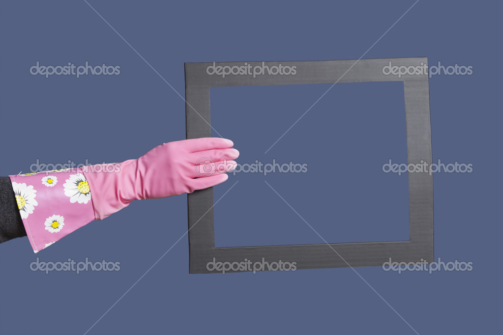 f7c1b69a81b4f6 depositphotos_33990051-stock-photo-hand-in-rubber-gloves-holding.jpg